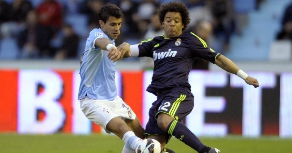 10.mar.2013 - Augusto Fernandez (esq.), do Celta, disputa a bola com o brasileiro Marcelo, do Real Madrid, em jogo do Campeonato Espanhol
