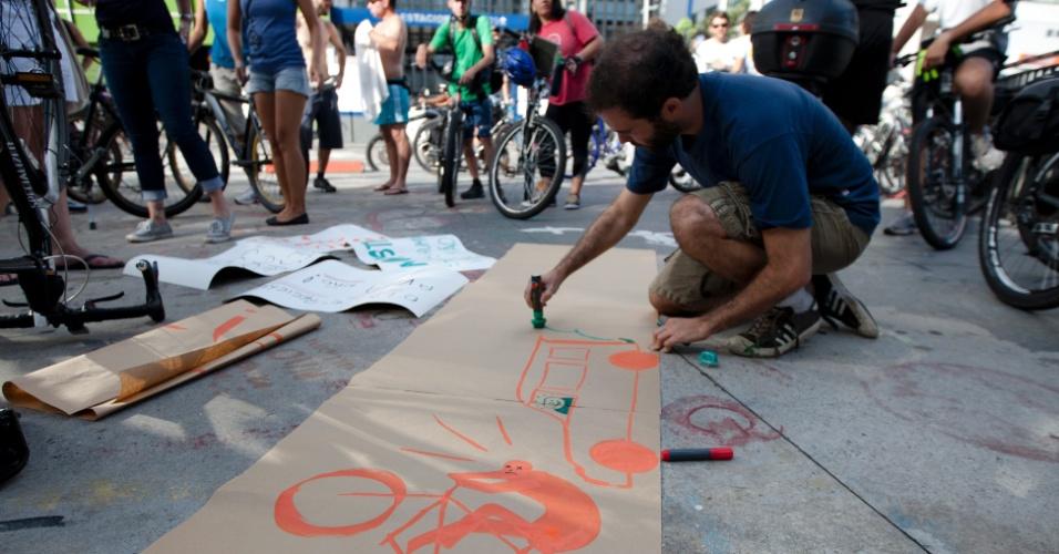 10.mar.2013 - Ciclistas confeccionam cartazes em protesto na tarde deste domingo (10) na região da avenida Paulista, na cidade de São Paulo, em repúdio ao atropelamento de um homem no período da manhã no local. A vítima teve o braço amputado no acidente e foi encaminhada para o Hospital das Clínicas