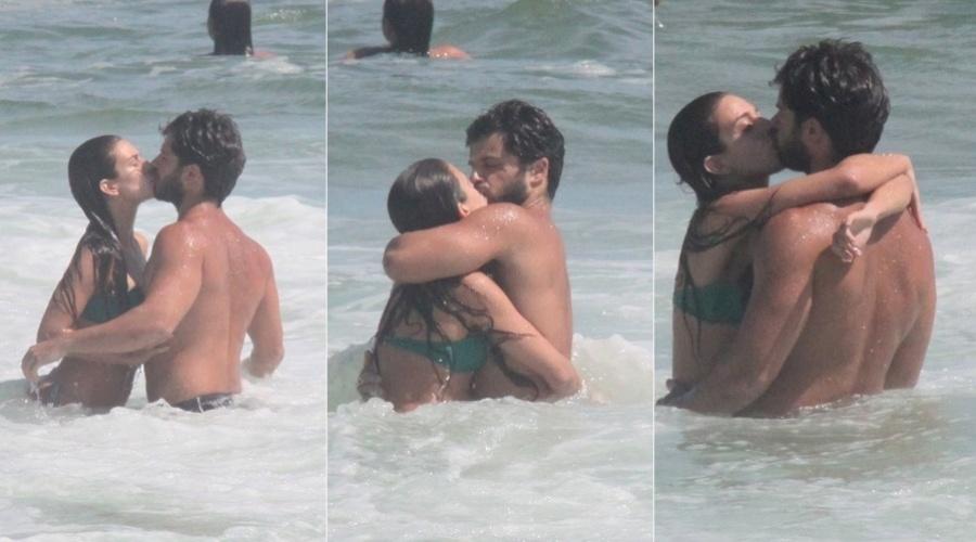 10.mar.2013 - Duda Nagle trocou beijos com a namorada, Gabriela Cardoso, na praia da Barra da Tijuca, zona oeste do Rio