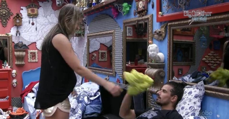 10.mar.2013 - Fani dá vestido de lembrança para Miguel.