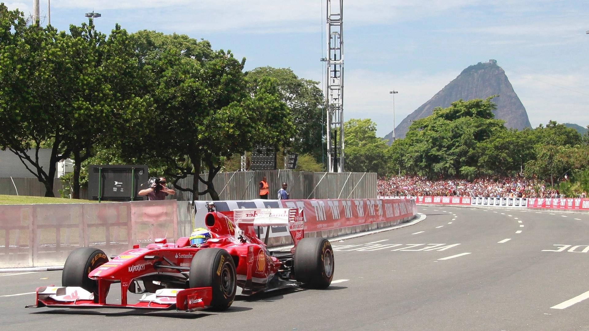 10.mar.2013 - Felipe Massa conduz sua Ferrari pelas ruas do Rio de Janeiro, em evento especial neste domingo
