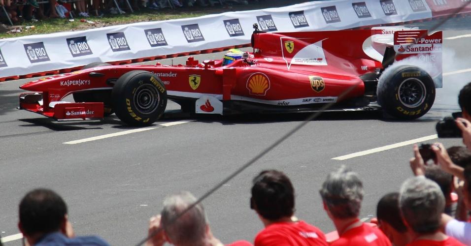 10.mar.2013 - Felipe Massa faz manobra para o público durante seu passeio de Ferrari pelo Rio de Janeiro