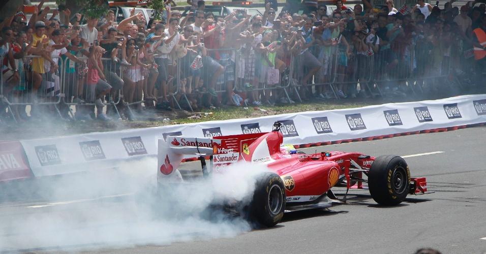 10.mar.2013 - Felipe Massa faz show para o público que o acompanhou pelas ruas do Rio de Janeiro