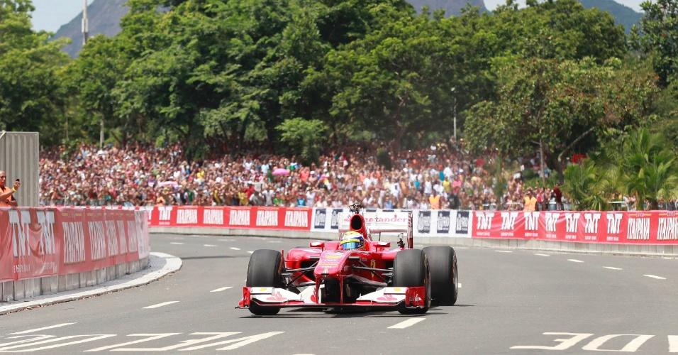 10.mar.2013 - Felipe Massa passeia com sua Ferrari pelas ruas da cidade do Rio de Janeiro em evento da escuderia