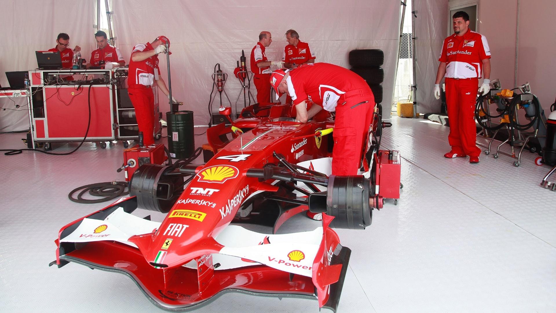 10.mar.2013 - Ferrari de Felipe Massa passa por últimos ajustes de ser guiada pelo brasileiro pelo Rio de Janeiro