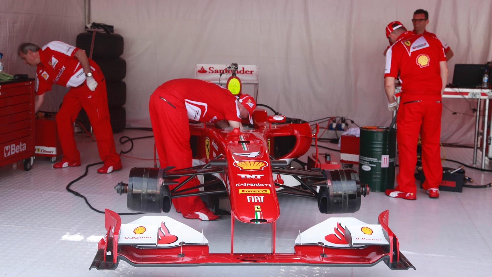 10.mar.2013 - Ferrari n°4, a de Felipe Massa, é ajustada antes do piloto dirigi-la pelas ruas do Rio de Janeiro