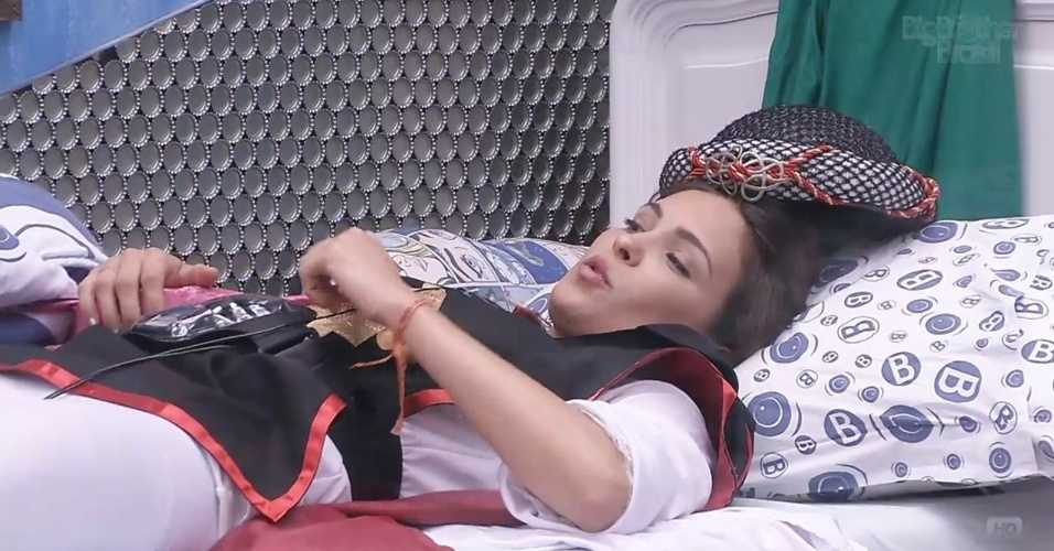 10.mar.2013 - Kamilla se deita no quarto Brechó e se queixa de cólicas