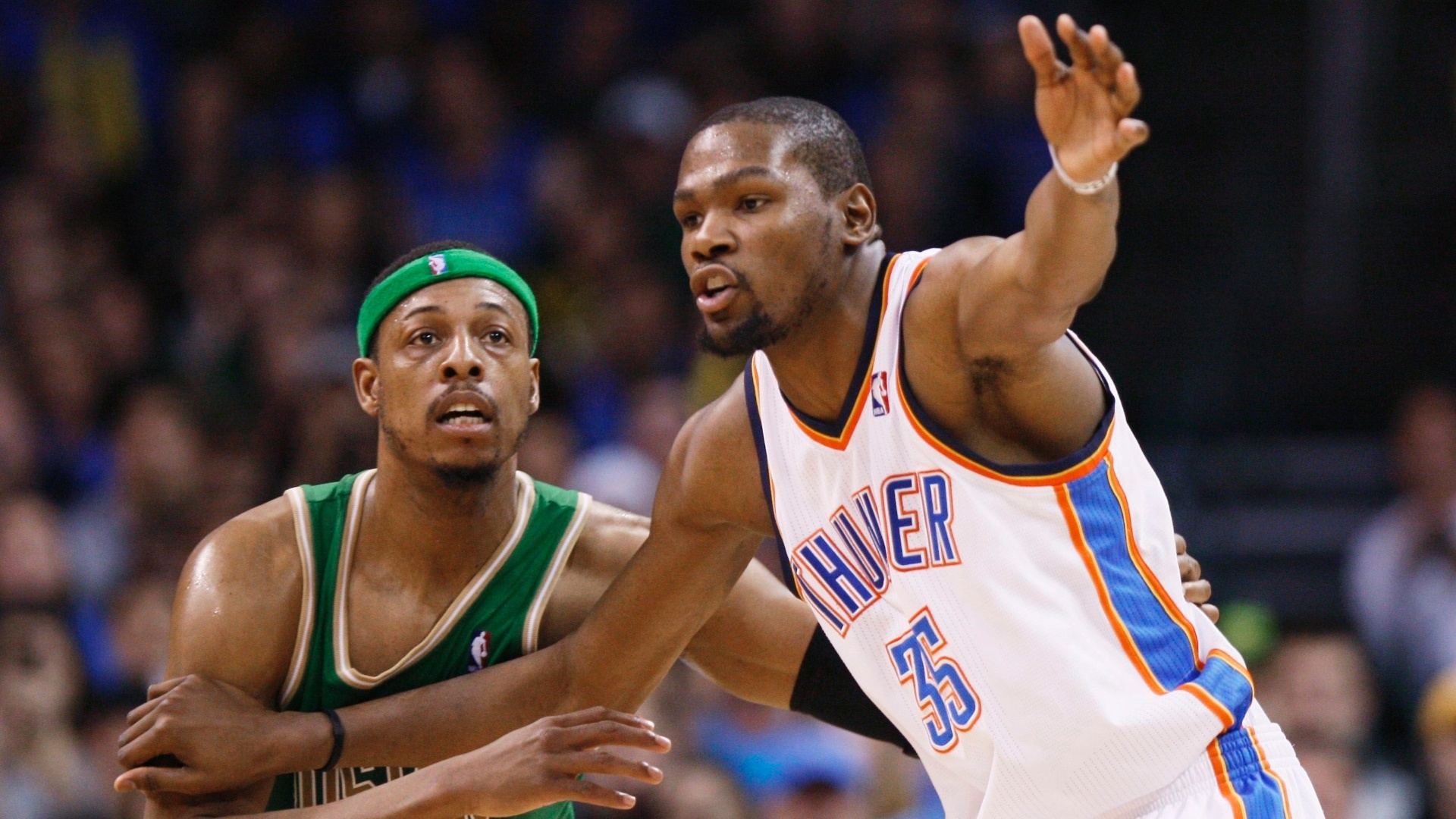 10.mar.2013 - Kevin Durant (dir), do Oklahoma City Thunder, é marcado por Paul Pierce, do Boston Celtics, durante a vitória por 91 a 79 sobre os alviverdes