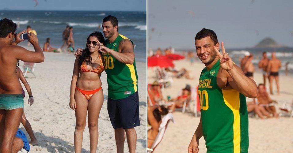 10.mar.2013 - Kléber Bambam é tietado na praia da Barra, no Rio