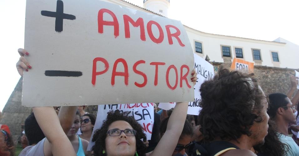 10.mar.2013 - Manifestantes realizam ato no Farol da Barra, em Salvador, neste domingo (10), contra a eleição do pastor Marco Feliciano (PSC-SP) à presidência da Comissão de Direitos Humanos e Minorias da Câmara dos Deputados