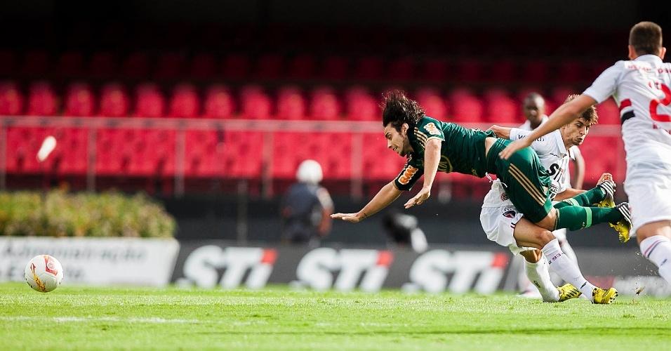 10.mar.2013 - Meia Valdivia, do Palmeiras, sofre falta durante o clássico contra o São Paulo, pela 11ª rodada do Campeonato Paulista