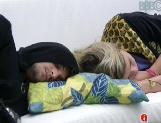 10.mar.2013 - O casal André e Fernanda dorme no sofá da sala, mesmo após o toque de despertar