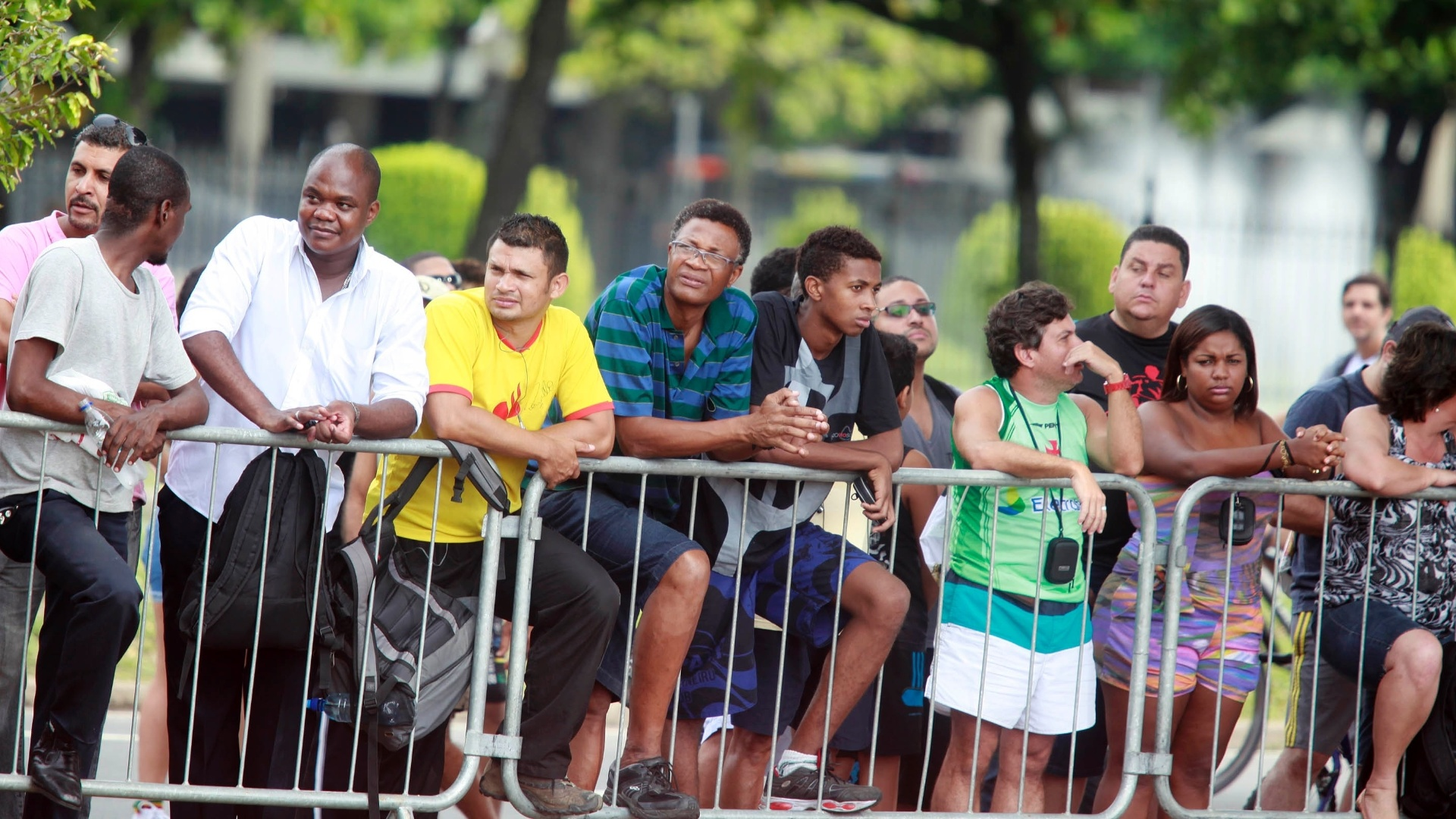 10.mar.2013 - Público espera nas ruas do Rio de Janeiro pela passagem da Ferrari de Felipe Massa