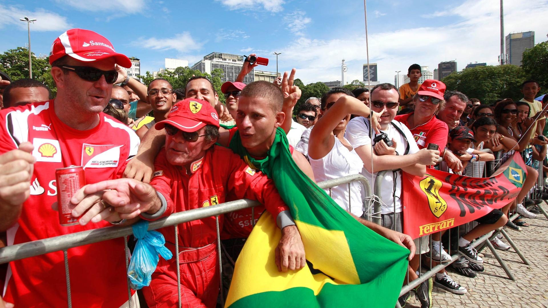 10.mar.2013 - Torcedores acompanham a passagem de Felipe Massa e sua Ferrari pelas ruas do Rio de Janeiro