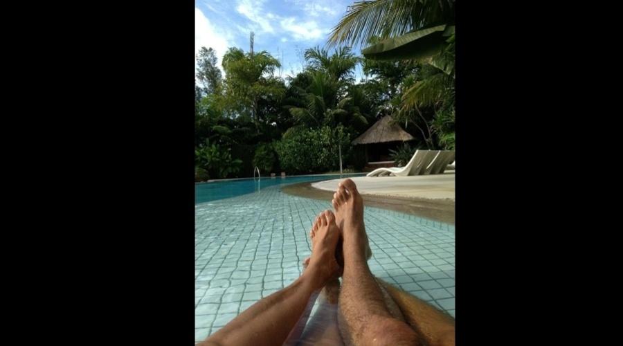 10.mar.2013 - Xuxa e o namorado, Junno Andrade, relaxaram em uma piscina. A apresentadora divulgou uma imagem dos pés dela e do namorado.