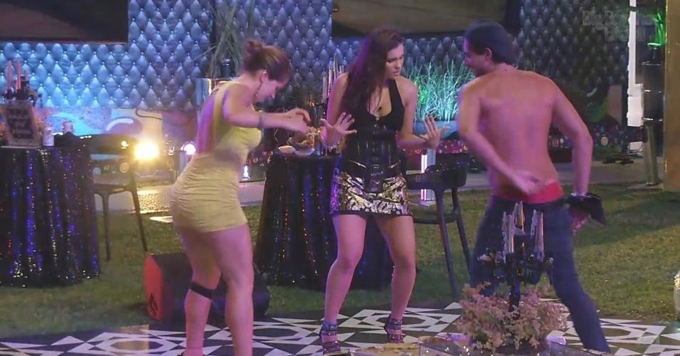 9.mar.2013 - André, Fani e Kamilla aproveitam a pista de dança
