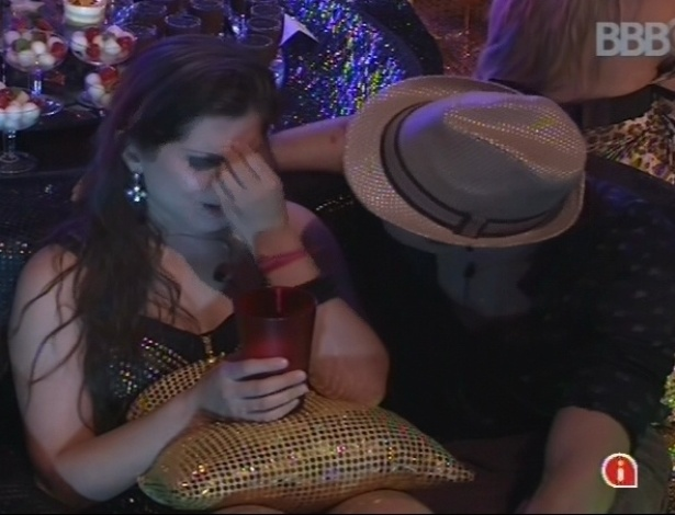 9.mar.2013 - Andressa chora com a possibilidade de Nasser ir para a Argentina