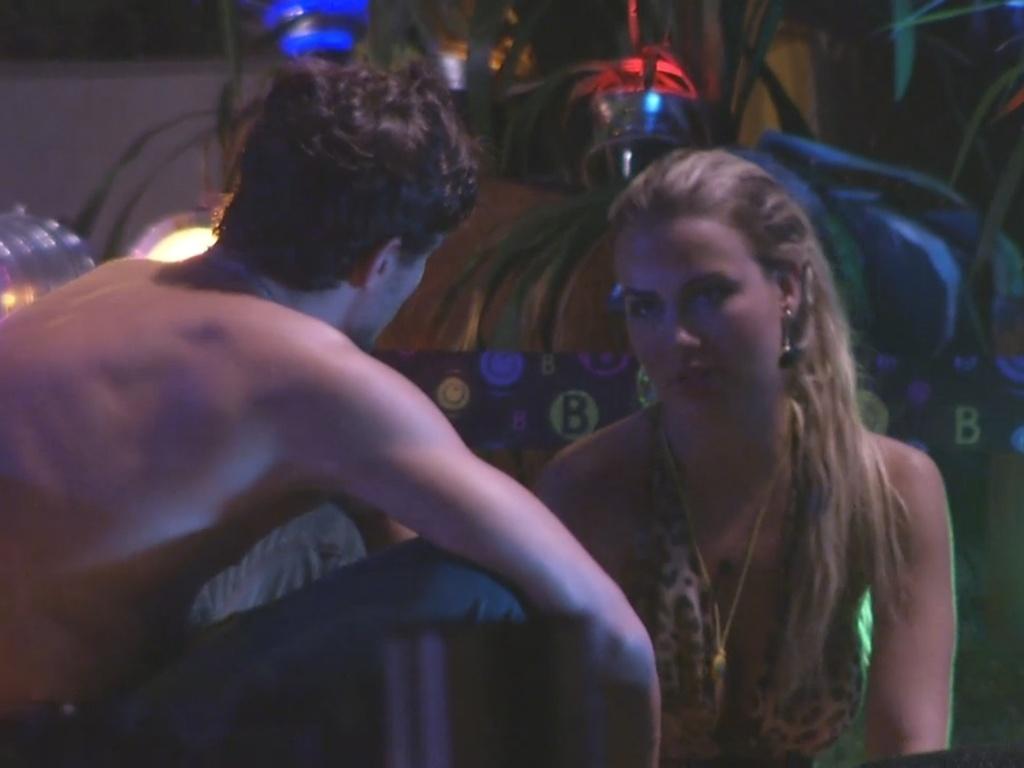 9.mar.2013 - Ao ver Fernanda triste, André diz que se arrependeu de ter dado a liderança para ela