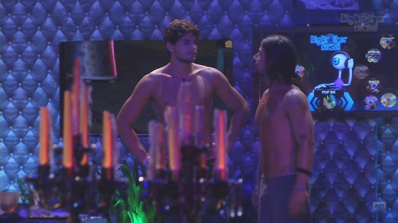 9.mar.2013 - Falso brother argentino tenta animar André após conversa do capixaba com Fernanda