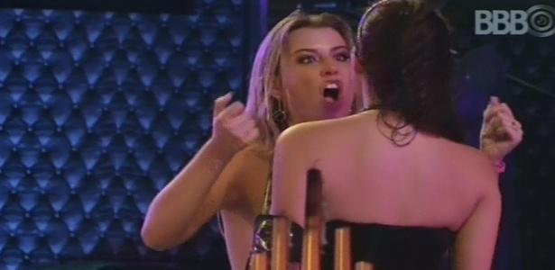9.mar.2013 - Fernanda aconselha Kamilla a não ficar pensando no Eliéser