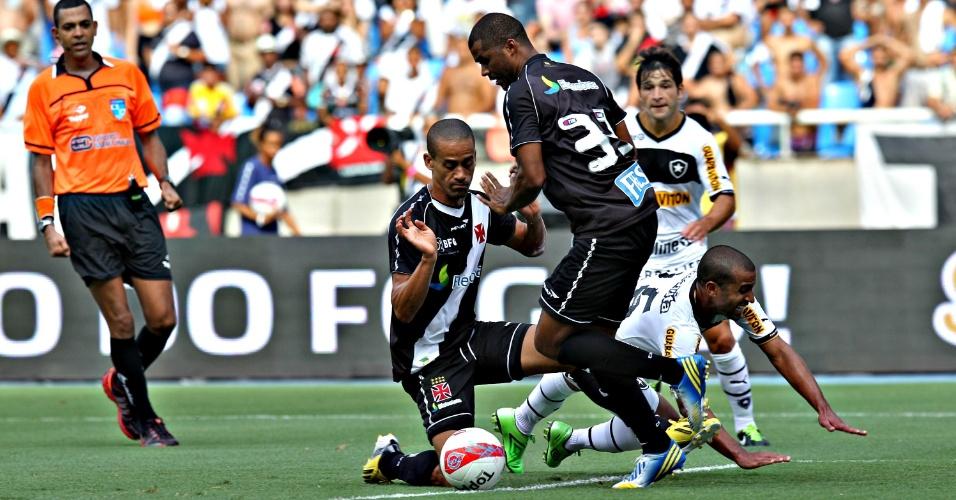Defesa do Vasco sai jogando após bom lance de ataque do Botafogo
