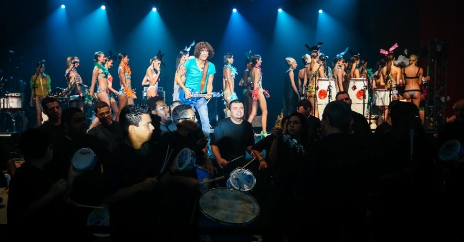 Fim do desfile Elle Summer Preview com apresentação da bateria da Águia de Ouro (09/03/2013)