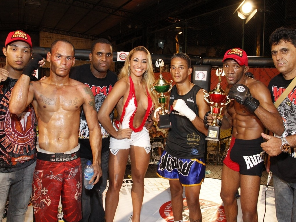 09.mar.2013 - Lutadores, organizadores e a ring girl Alessandra Mattos se renem ao fim do Favela Kombat, realizado na Rocinha, neste sbado
