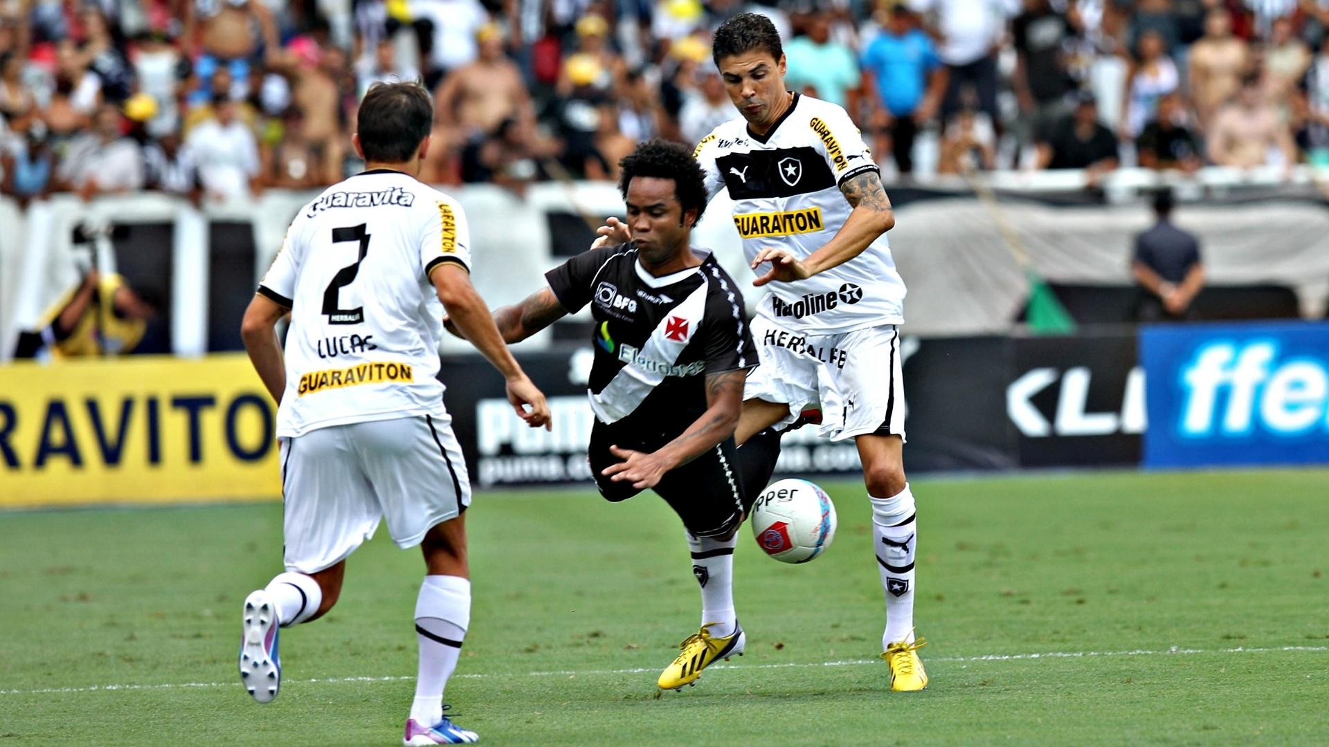 Meia Carlos Alberto é marcado por Bolívar em lance do clássico Vasco x Botafogo