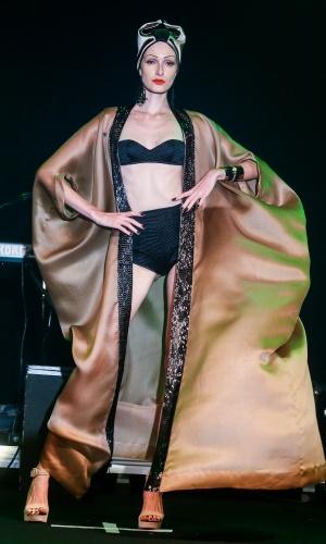 Modelo apresenta look da Adriana Degreas para o Verão 2014 durante o desfile Elle Summer Preview, em São Paulo (09/03/2013)