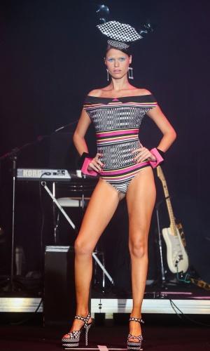 Modelo apresenta look da Salinas para o Verão 2014 durante o desfile Elle Summer Preview, em São Paulo (09/03/2013)