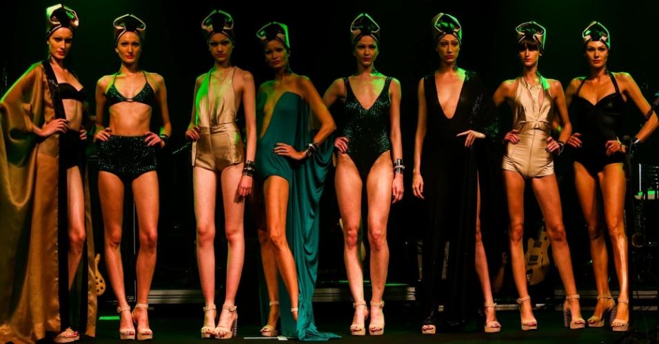 Modelos apresentam looks da Adriana Degreas para o Verão 2014 durante o desfile Elle Summer Preview, em São Paulo (09/03/2013)