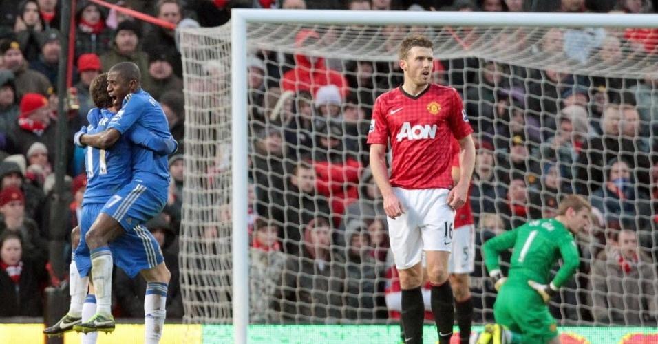 Ramires marca o gol de empate na partida do Chelsea contra o Manchester United e é abraçado por Oscar