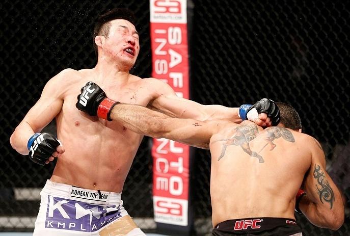 03.mar.2013 - Marcelo Guimarães, do Brasil, acerta Hyun Gyu Lim em luta de meio-médios de edição do UFC realizada no Japão