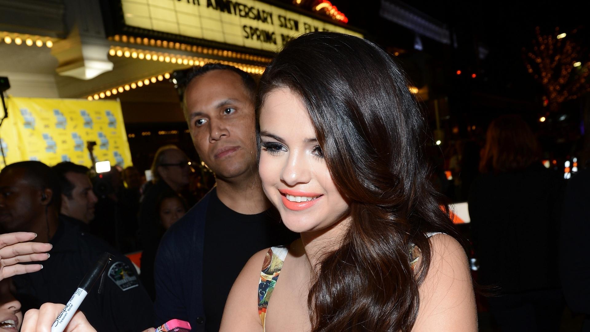 10.mar.2013 - A atriz Selena Gomez distribui autógrafos antes da exibição do filme