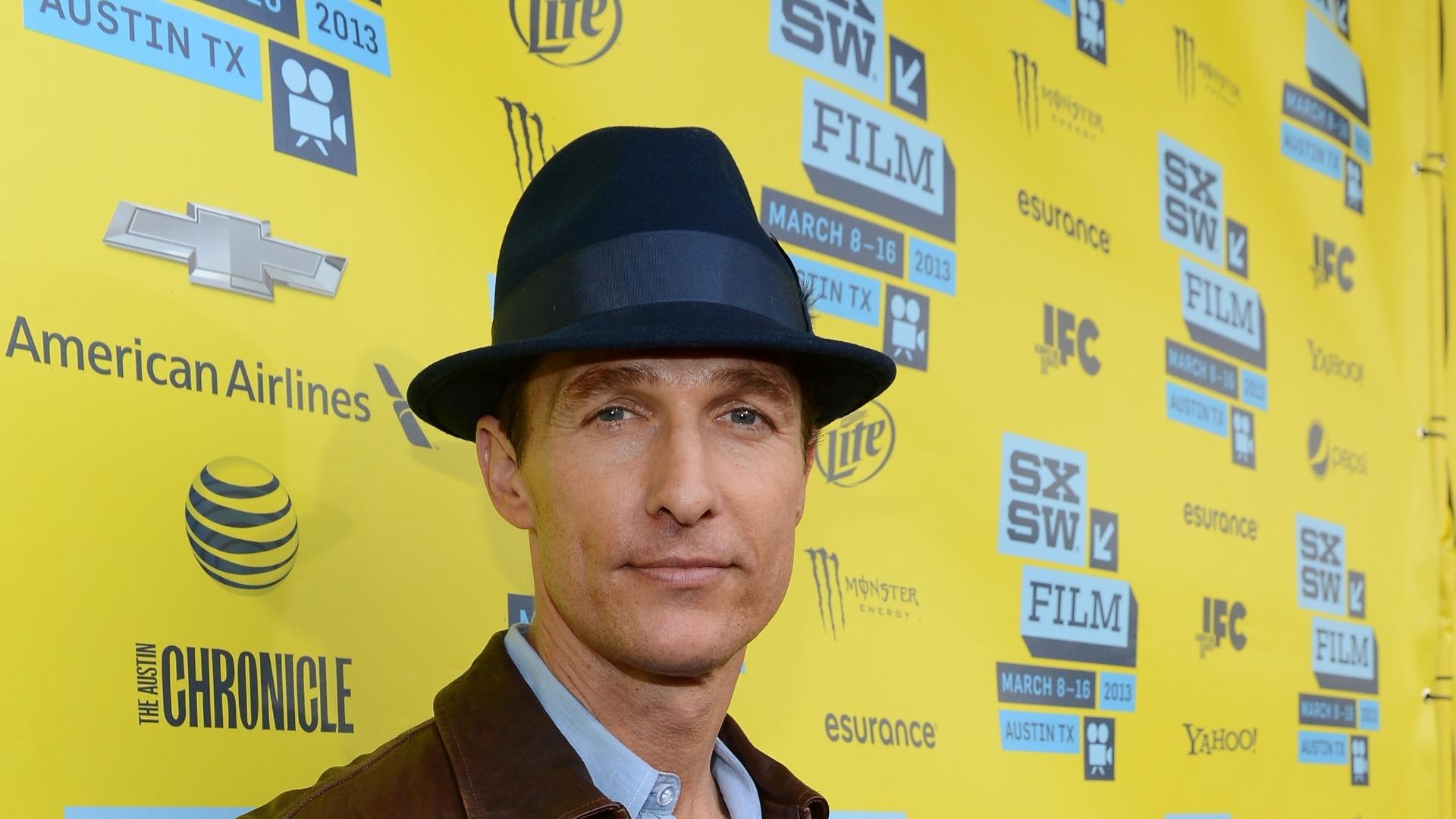 10.mar.2013 - O ator Matthew McConaughey posa para fotos em evento do filme