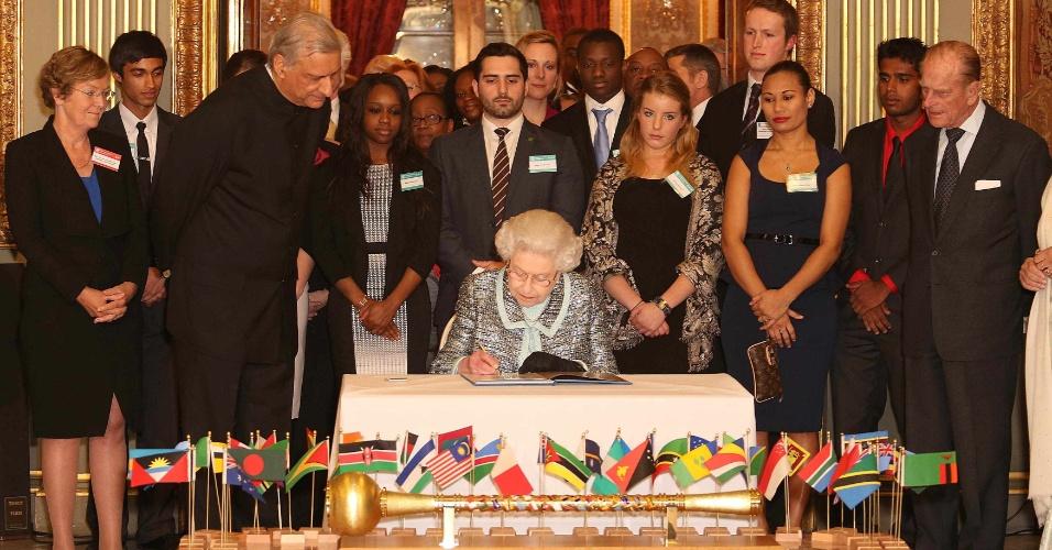 11.mar.2013 - Após ter sido internada durante 24 horas no último dia 3 por causa de uma gastroenterite, a rainha Elizabeth 2ª da Inglaterra reapareceu em público nesta segunda-feira (11), em Londres, durante a assinatura de um tratado da Commonwealth pela igualdade de direitos. A Commonwealth é uma associação de 54 países voltada à ajuda mútua entre seus membros em temas como desenvolvimento e democracia. O Brasil não faz parte da organização