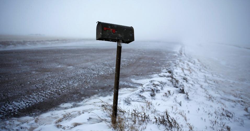 11.mar.2013 - Caixa de correio em estrada coberta de neve por nevasca que atingiu nesta segunda-feira (11) a cidade de Williston, no Estado de Dakota do Norte (EUA)