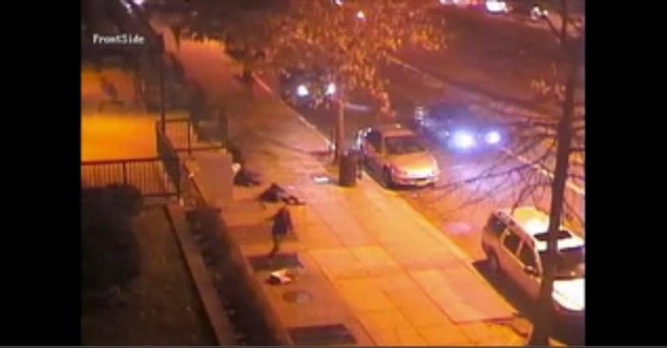 11.mar.2013 - Câmeras de segurança mostram momento em que atiradores em carros disparam contra um grupo de pessoas em frente a um prédio em um conjunto habitacional no centro de Washington (EUA), na madrugada desta segunda-feira (11)