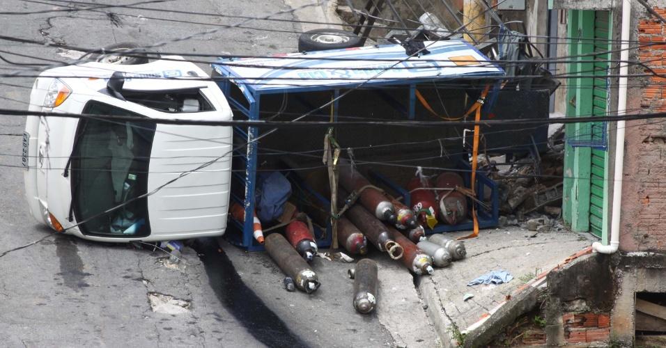 11.mar.2013 - Caminhão com produtos químicos tombado na rua Vitória, em Carapicuíba, SP, nesta segunda-feira (11). A rua teve de ser interditada para remoção do veículo