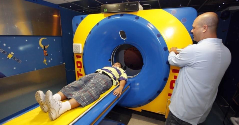 11.mar.2013 - Criança testa tomógrafo em formato de brinquedo, no recém-inaugurado Hospital Estadual da Criança, no Rio de Janeiro