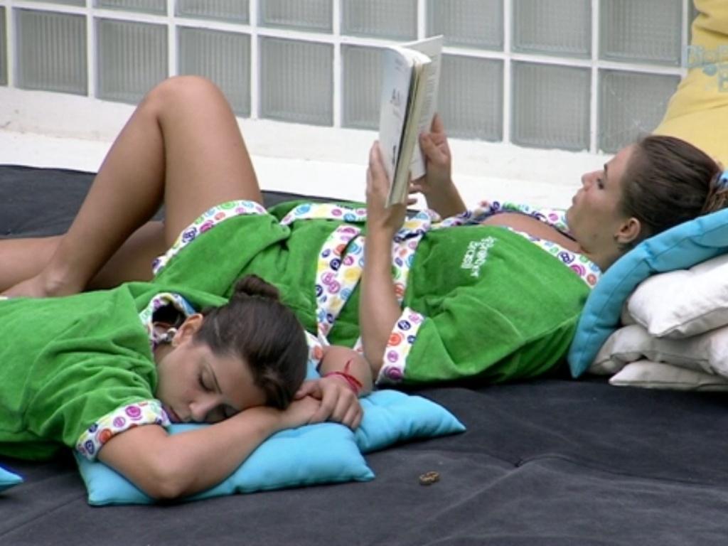 11.mar.2013 - Deitada no futon, Andressa dorme enquanto Natália lê