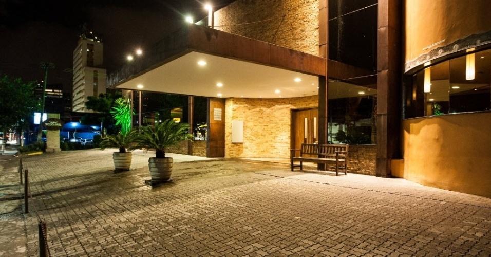 Fachadas casas contempor neas fachada nea casa con car for Fachadas de restaurantes modernos