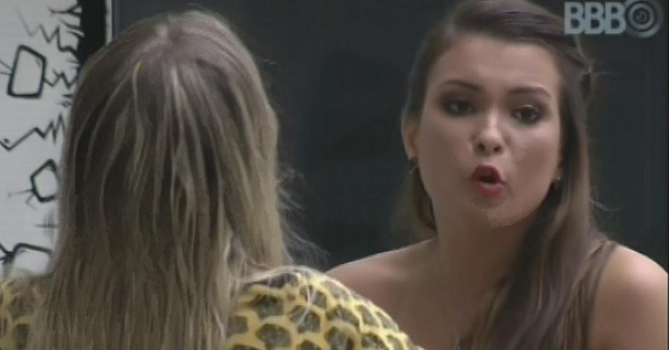 11.mar.2013 - Kamilla e Fernanda discutem após líder convidar a miss para o cinema