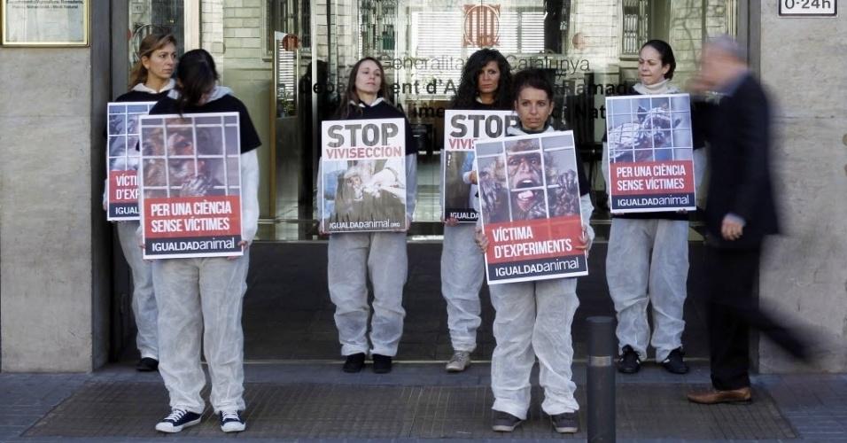 11.mar.2013 - Manifestantes protestam contra o uso de animais em experimentos, na entrada do departamento de Agricultura de Barcelona, na Espanha