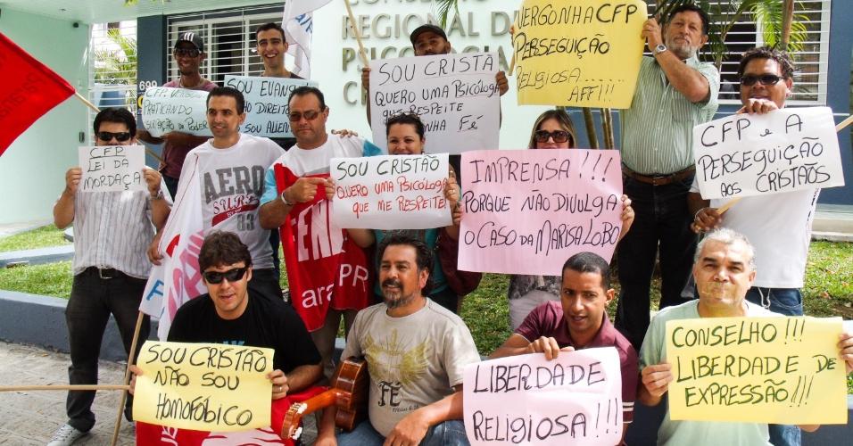 """11.mar.2013 - Manifestantes protestam em frente ao Conselho Regional de Psicologia do Paraná, em Curitiba (PR), na manhã desta segunda-feira (11). Eles reclamam contra uma suposta """"perseguição religiosa"""" da psicóloga Marisa Lobo pelo Conselho Federal de Psicologia (CFP)"""