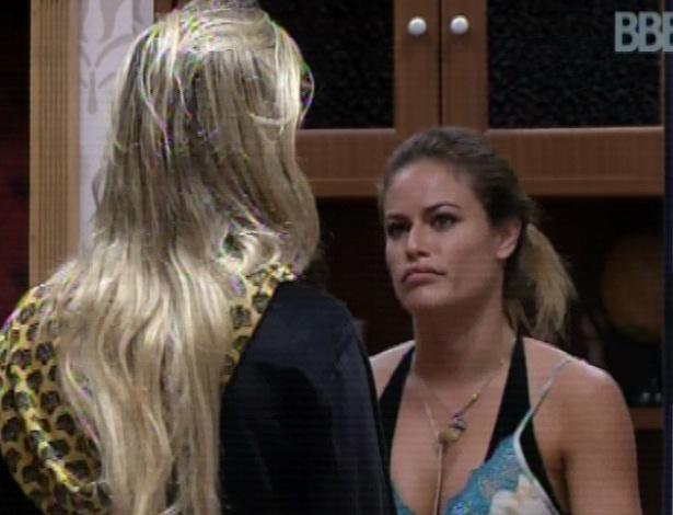 11.mar.2013 - Natália conta para Fernanda que votou em André e pede desculpas
