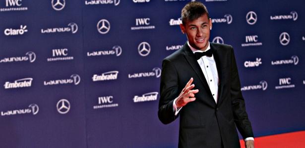 Neymar posa para fotos no tapete vermelho do Prêmio Laureus