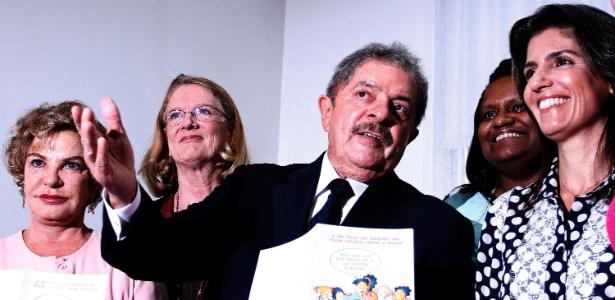 11.mar.2013 - O ex-presidente Luiz Inácio Lula da Silva (PT) participa de cerimônia, em São Paulo, na qual assinou termo de adesão a campanha pelo fim da violência contra a mulher criada em 2010 pelo secretário-geral da ONU (Organização das Nações Unidas), Ban Ki-moon