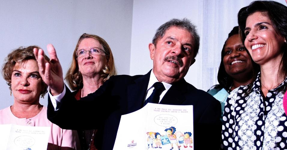 """11.mar.2013 - O ex-presidente Luiz Inácio Lula da Silva (PT) participa de cerimônia, em São Paulo, na qual assinou termo de adesão a campanha pelo fim da violência contra a mulher criada em 2010 pelo secretário-geral da ONU (Organização das Nações Unidas), Ban Ki-moon. Segundo a ONU, a campanha busca o engajamento no tema de importantes líderes mundiais. """"Deveria ser um documento assinado no berço, quando se nasce. É quase uma coisa que deveria estar no nosso DNA"""", afirmou Lula sobre o documento"""