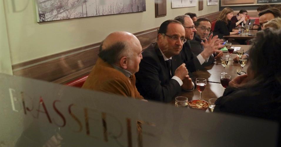11.mar.2013 - O presidente da França, François Hollande (2º à dir.),conversa com amigos num café, nesta segunda-feira (11), durante uma visita de dois dias à cidade de Dijon